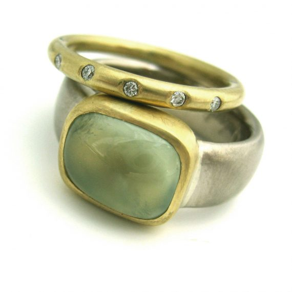 18ct white gold wide ring with Prehnite set in 18ct yellow gold