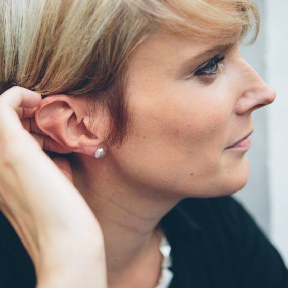 Silver flint geometric stud earring on model