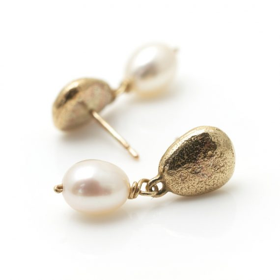 9ct gold pebble studs with creamy white pearl drop