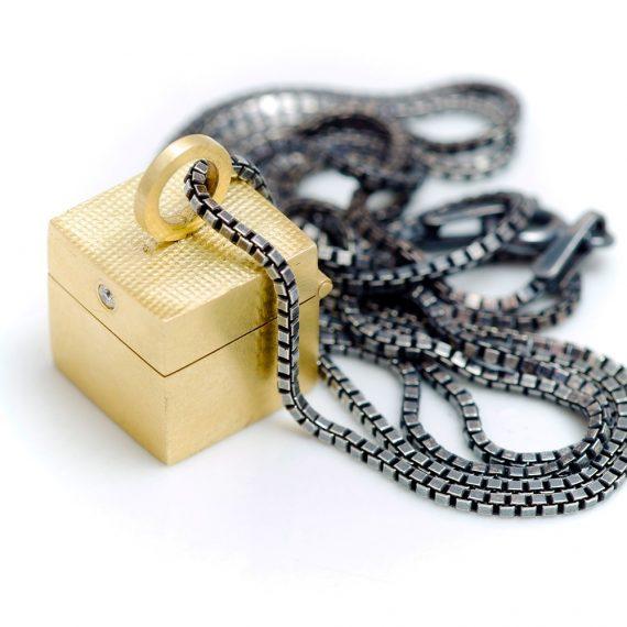18ct gold tiny box pendant with tiny diamond