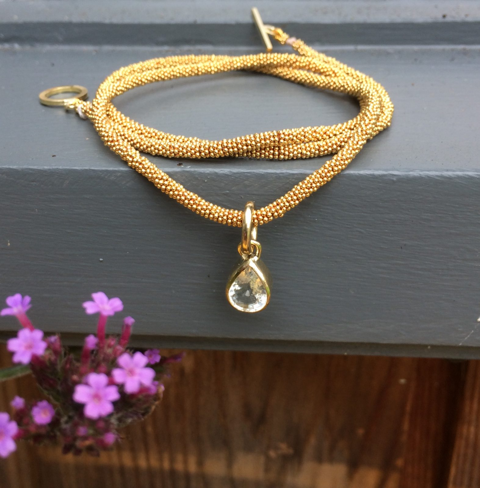 18ct Goldbeaded necklace with white sapphire