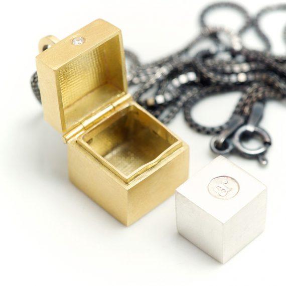 18ct gold tiny box pendant