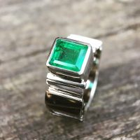 18ct white gold ring with Emerald